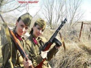 Звіробій позує в радянській військовій формі