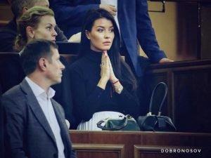Красуня за молитвою у Верховній Раді