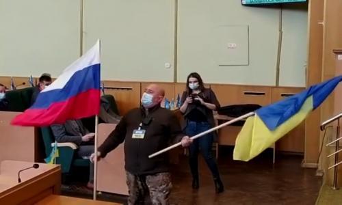 Неизвестный установил в зале горсовете Славянска флаг страны агрессора РФ. Видео